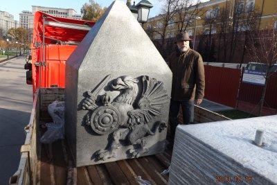 """Седьмой, самый верхний блок """"иглы"""" с семейным романовским гербом в виде грифона - единственный гранитный элемент-новодел в воссозданном памятнике"""