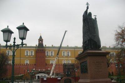 На заднем плане: общий вид монумента в процессе монтажа