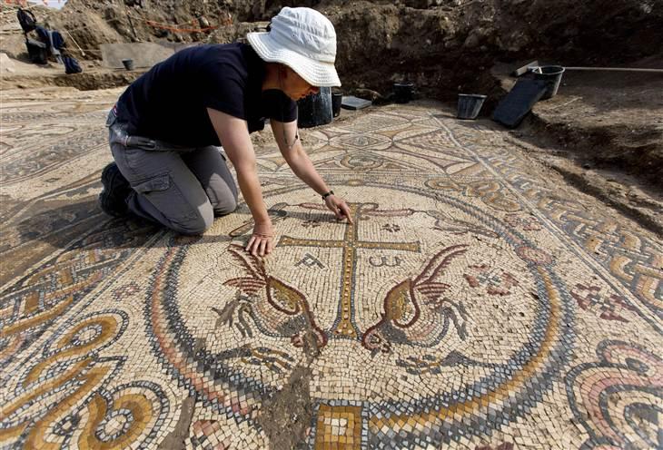 Цветной мозаичный пол центрального нефа украшают красочные изображения