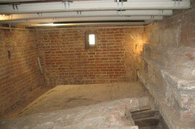 Подполье под новой соборной ризницей. Справа – фрагмент первоначальной фасадной стены середины XVIв. с декоративной белокаменной облицовкой